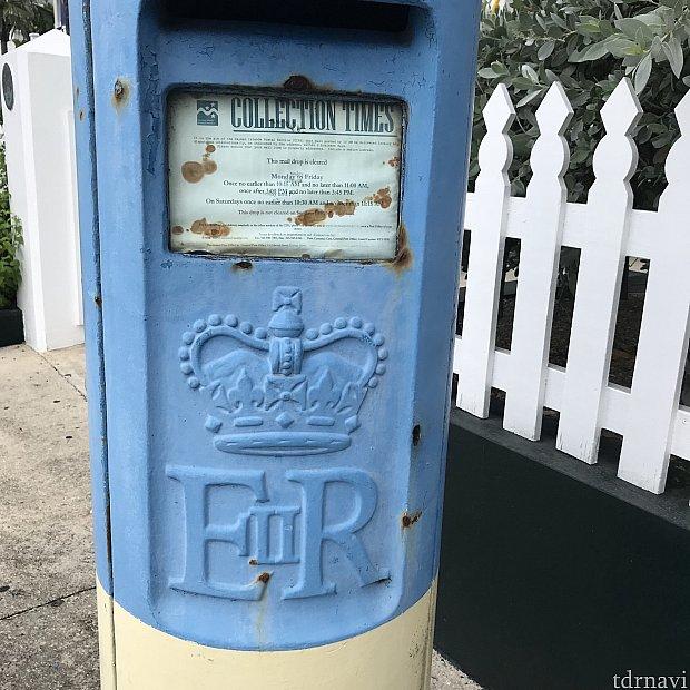 郵便ポストのERⅡのロゴ。これはエリザベス二世を意味しています。イギリス領だからですね!