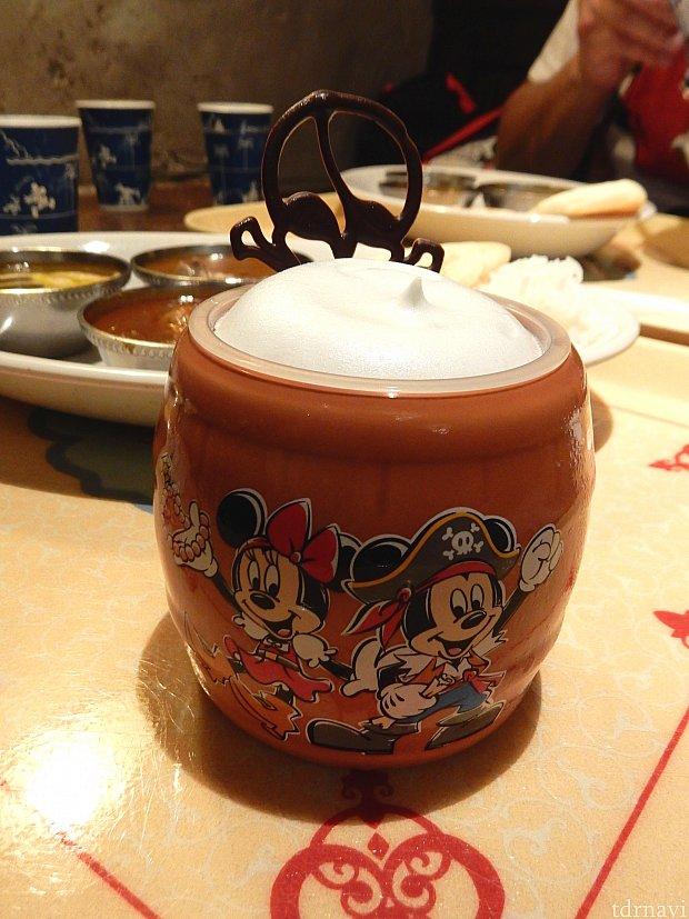 8/31までのスーベニアカップ付☆夏みかんのカップデザート(750円)も売っていました!樽の形で、パイレーツミッキーミニーが可愛い😍デザートは、ビールのような見た目で、泡もちゃんとムース的なもので表現されていて、サッパリして美味しかったです👍