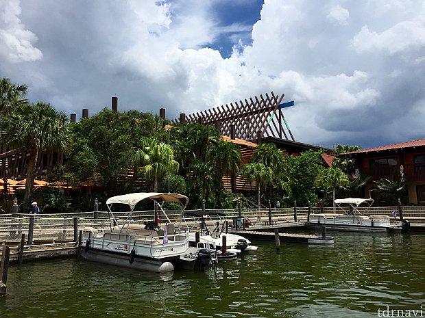 周りのリゾートの船着場に立ち寄ることも可能です。僕達はポリネシアン ビレッジ リゾートに寄ってみました。
