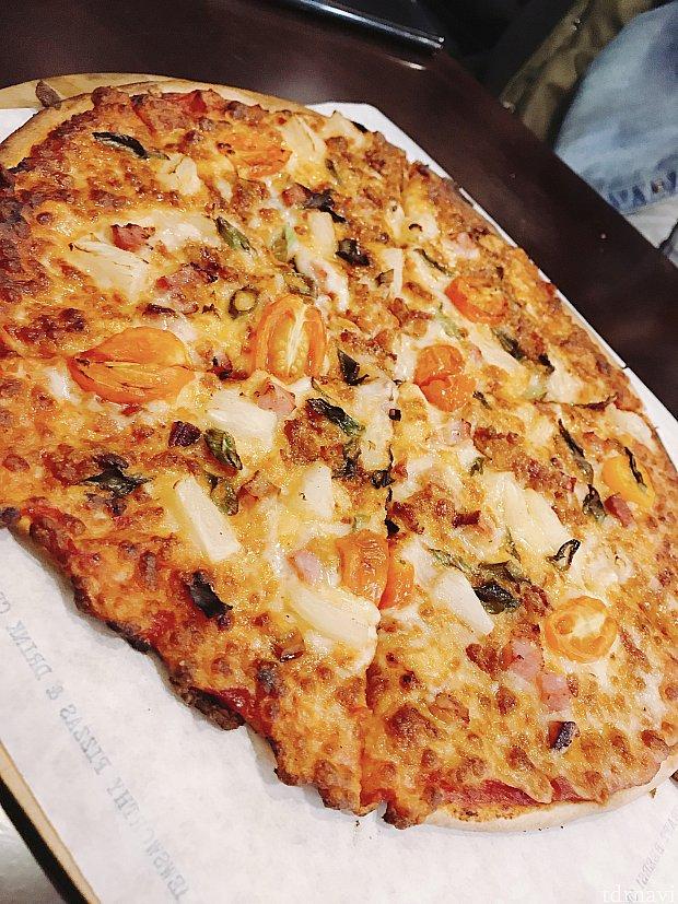 ホテル内のピザ屋さんで食べたピザです