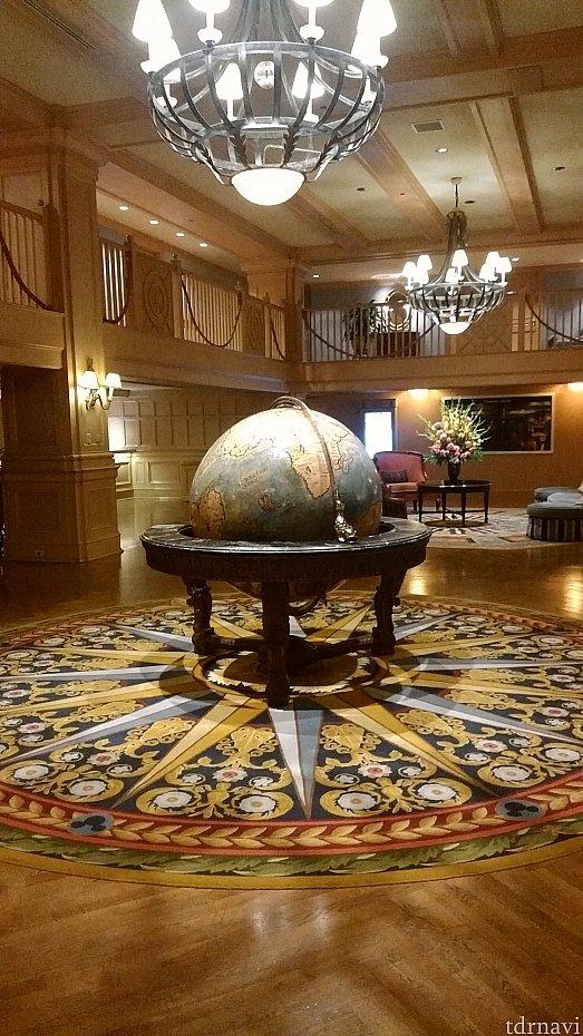 ロビーの地球儀。日本の形が少しおかしかったりしたので、古い地図がベースになっているのでしょうか。