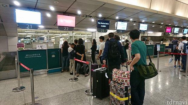参考に。エアポートエクスプレス九龍駅の、航空会社別のチェックインカウンター。手続きは出発90分前までに。スーツケースもここで預けられます。 今回、私達は利用出来ませんでしたが😅