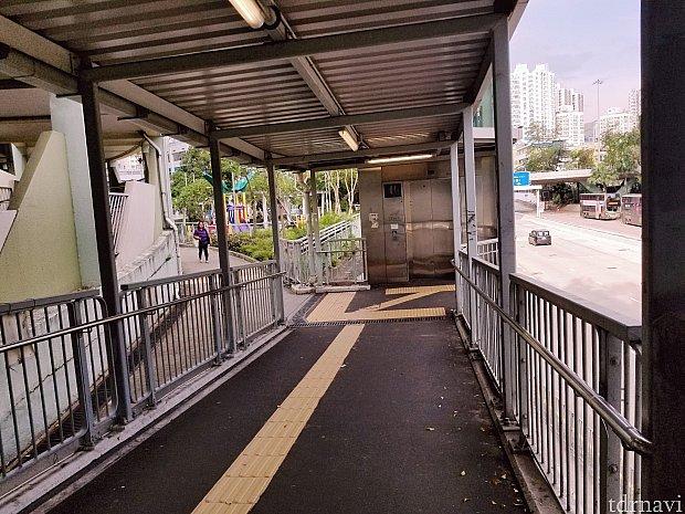 歩道橋を渡ったら右手にエレベーターがあるので降ります
