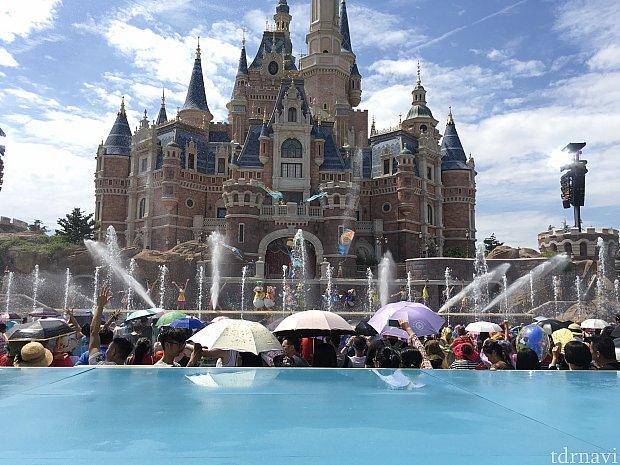 お城と鑑賞スペースの間の噴水も大活躍!