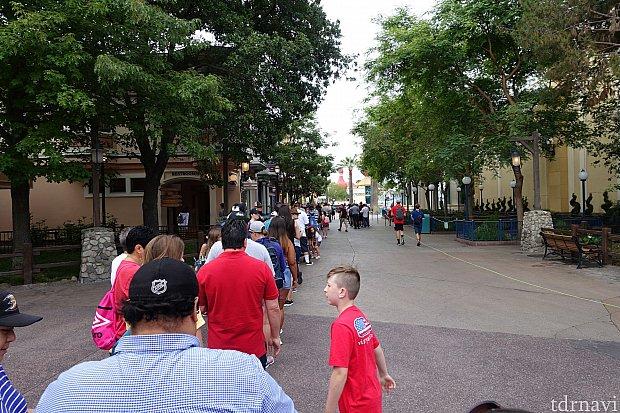 開園待ちの待機列は左から、 インクレディコースターのスタンバイ列、 ピクサーピアへの入場待機列、 ディズニーホテル宿泊者専用ゲートです。