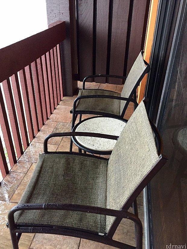 せっかくのバルコニーの椅子も雨で座る事が出来ませんでした。