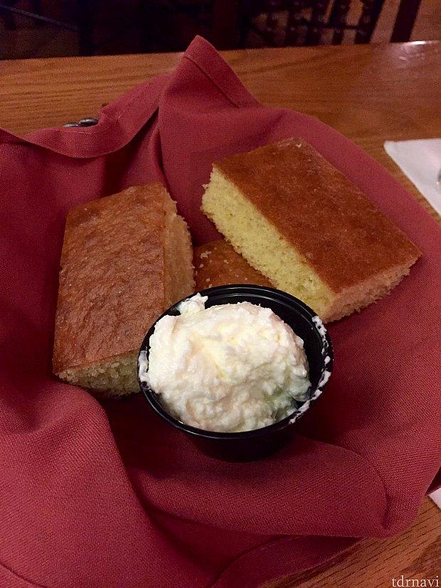 コーンブレッドという、甘めのパンにバターをつけて食べるととても美味しいんです!