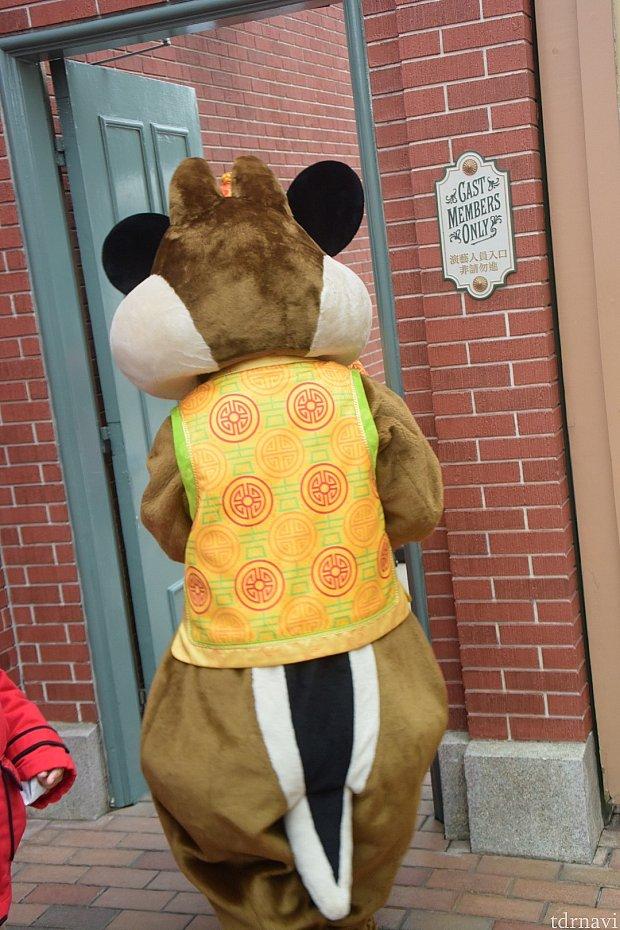 帰り際にチップかデールとミッキーの後ろ姿が重なり、カチューシャを付けているように見えて笑えました😆笑
