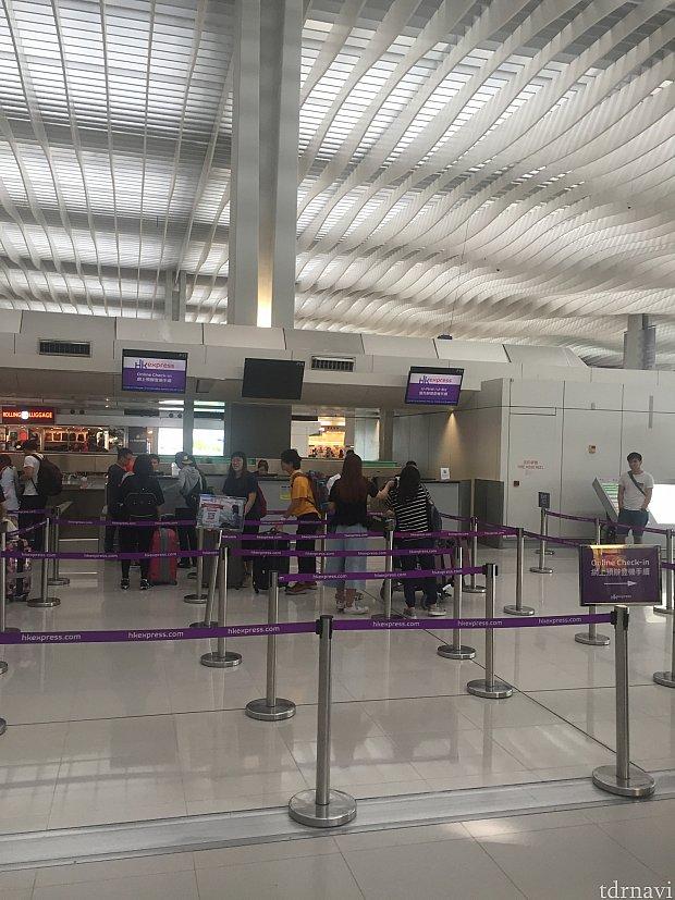 香港空港チェックインカウンター。出発時刻の2:30分前でも空いています。