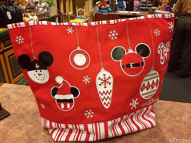 こちらはディズニーホリデートートバッグ。$25以上の商品を購入したゲスト対象で、お値段は$19.95。