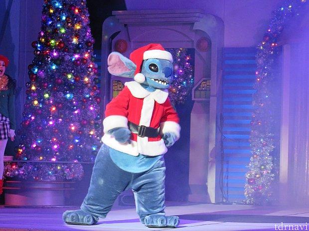 最後はクリスマスコスチュームのスティッチがステージに登場