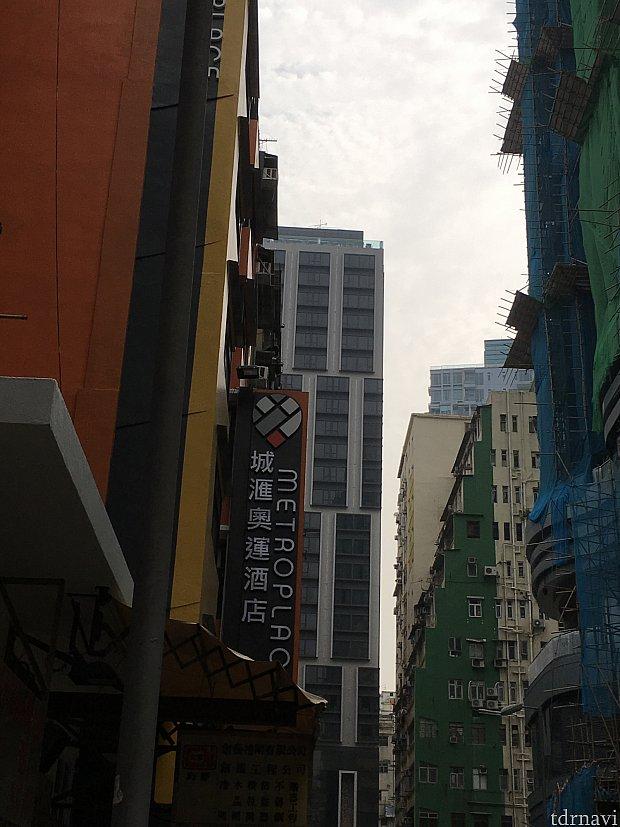こちらがホテル。ビルの合間に「酒店」(ホテル)の文字!