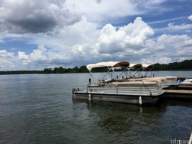 こちらが今回レンタルした中型のPontoon Boat。最大10名まで乗船可能ですが、みんなで同じ時間を楽しんだり、水上ランチを楽しむならこちらのボートがオススメです。
