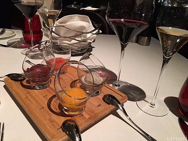 お口直しに出されたシャーベット4種類。奥右からピンクグレープフルーツ、カシス。手前右がバニラ&マッシュルーム、アプリコット&ジンジャーです。どれも美味しく頂けました。