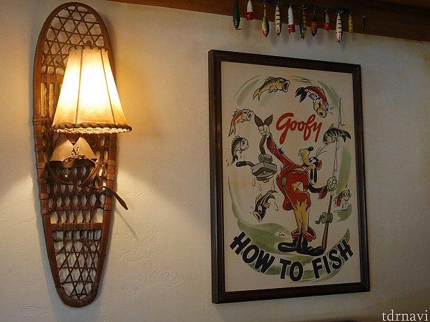 壁の絵はグーフィーがいたり、バンビがいたり、とにかく種類が豊富!グーフィーは上に飾ってあるルアーを使って釣りをしてるのかな!?