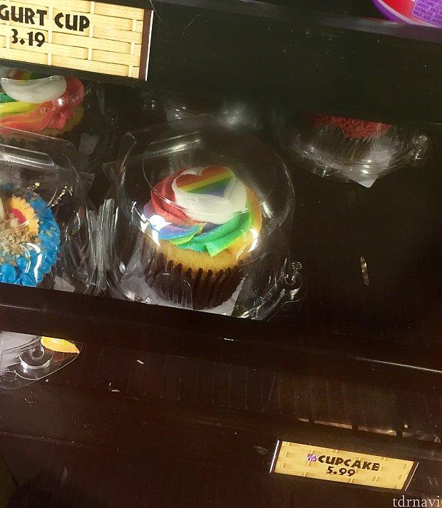 ポリネシアンビレッジリゾートで見つけた、レインボーカラーのカップケーキ。