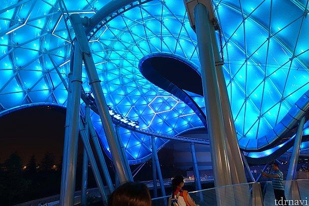 ライドが走行すると屋根がグリッド状に光る演出もあります。夜のトロンは異世界そのものです!