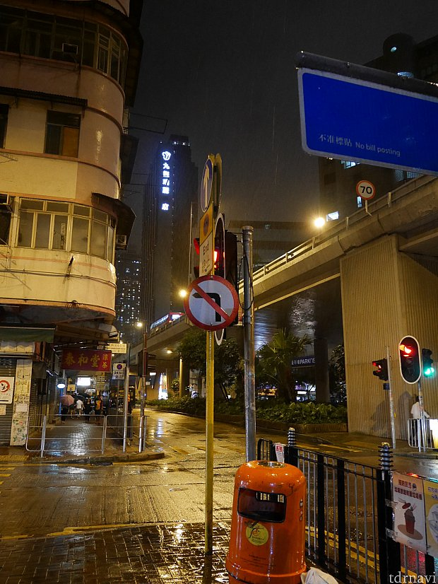 2階下がり出口を出ると、斜め前に九龍~と書かれた大きなホテルが見えます。これがローズデールホテルです。