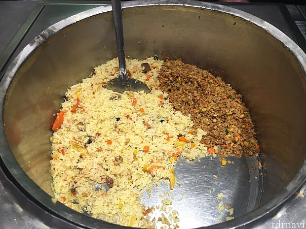 新疆チャーハンと名物の手爪飯。