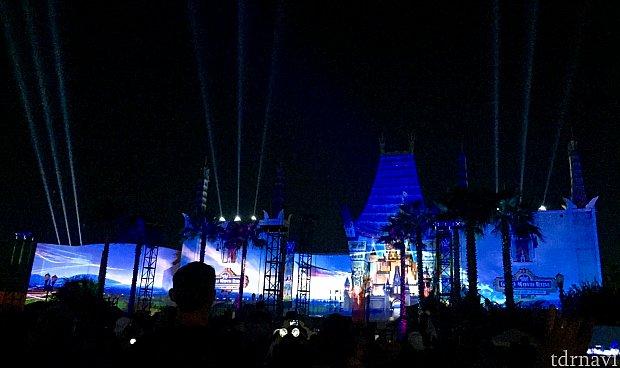 ディズニー映画でお馴染みの、シンデレラ城と「星に願いを」が流れます。