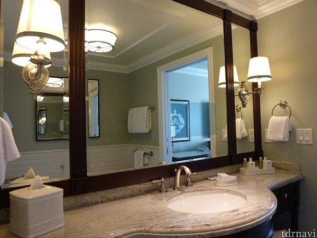 バスルームの洗面所。この鏡にテレビが映ります。