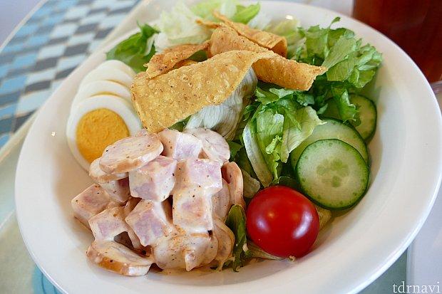 こちらがシェフサラダ!マヨネーズで和えたソーセージがとても美味しくて大満足のサラダでした!