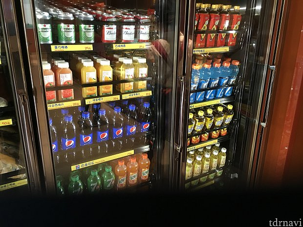 ペットボトル類など。缶ビールも売っていますが、400円ぐらいしますね…