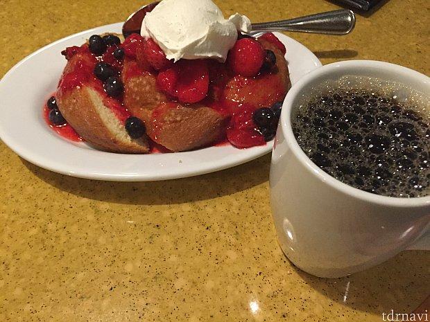 こちらがデザート。飲み物をホットコーヒーに変更させてくれました。