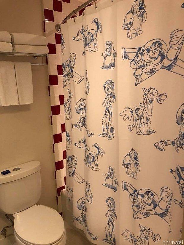 バスタブは浅めです。シャワーカーテンがかわいい!