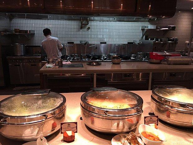 オープンキッチンなので調理の様子なども見ることができます。