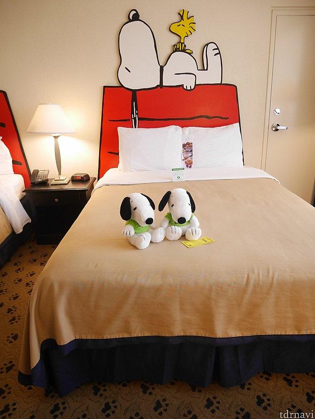 ベッドはクイーンサイズ。上にウェルカムスヌーピーがいます!