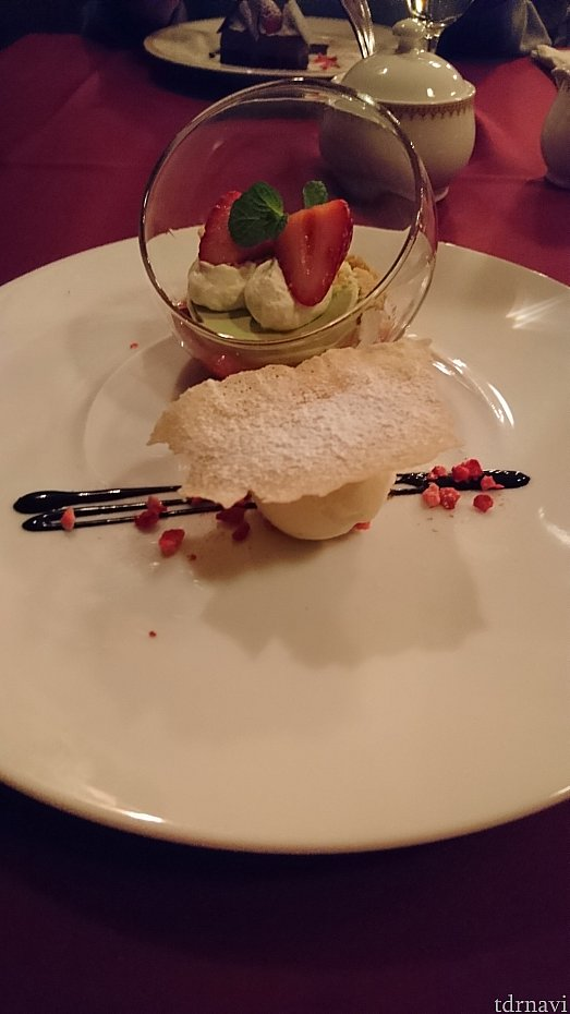 デザート:ピスタチオのパンナコッタ、ストロベリーソース、バニラアイスクリーム添え