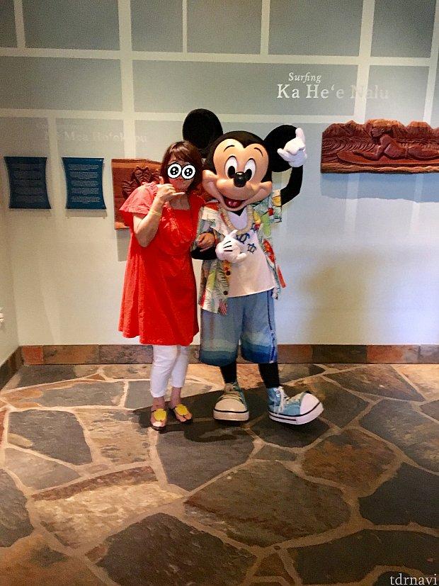 入口でミッキーと 日本と違って2人でも1人でもミッキーだけでも撮ってくれる素晴らしいサービス! 海外ディズニーにハマる訳