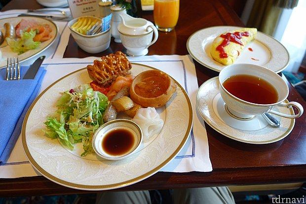 これがラウンジの朝食。食事もドリンクも自由に選べます。
