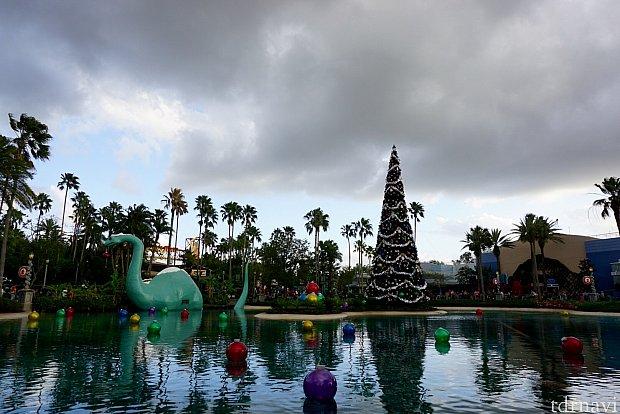 今年、ハリウッドスタジオのクリスマスツリーは場所を移動して、インディージョーンズ スタントショーの前のエコレイク内に。