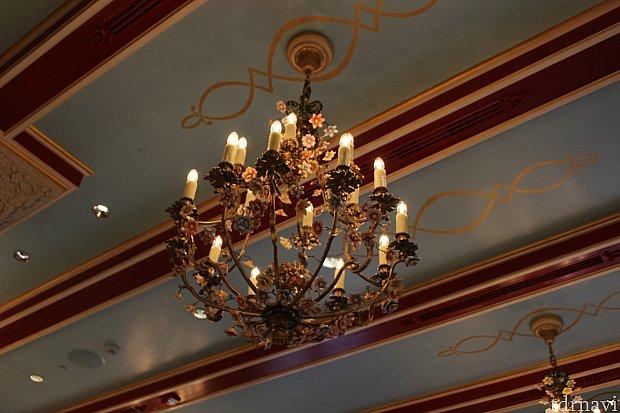 シャンデリアは部屋によって違うデザインです!
