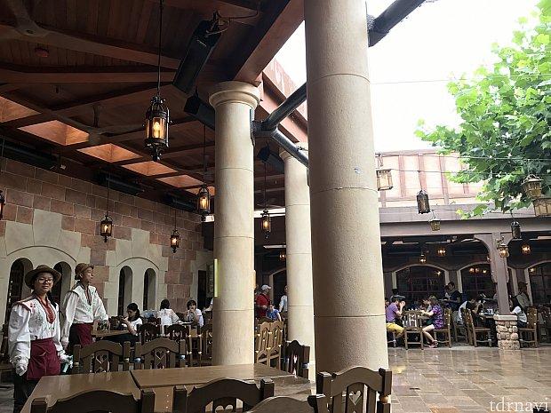 中庭のテラス席