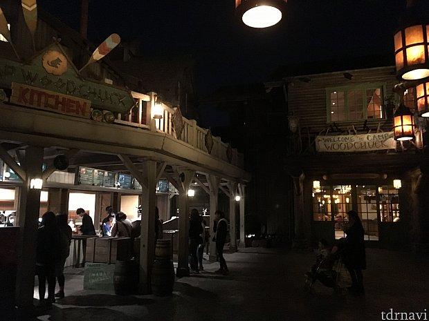 奥地にあるエリアのせいか、夜遅くなるとガラガラで、この日は「ウッドチャック・グリーティングトレイル」も20分待ちでした。