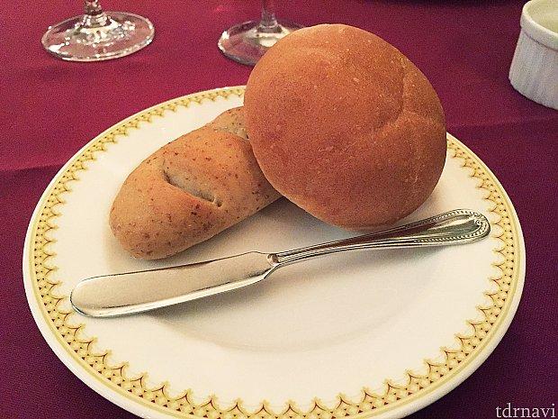 右が米粉のパン。左がライ麦のバケット。おかわり自由です。