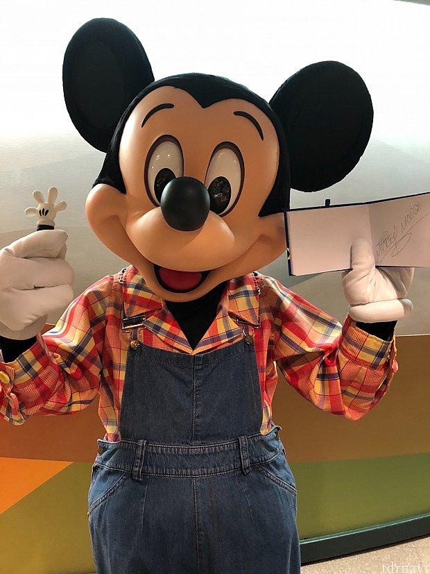 自分の手と同じサインペンが嬉しいミッキー!