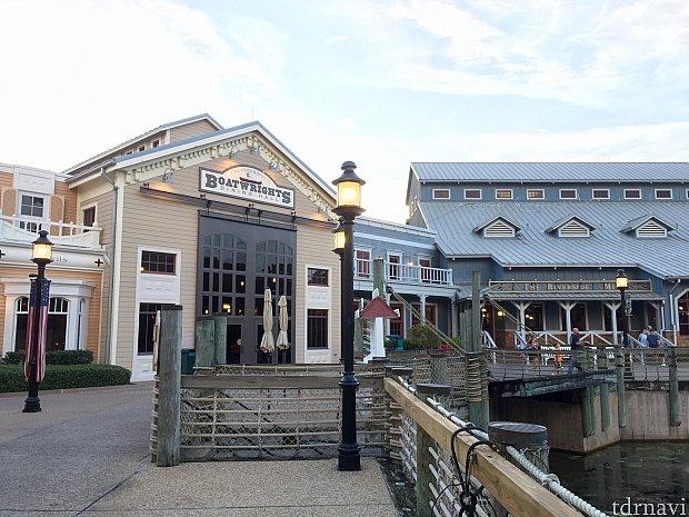 メイン棟の一部が今回紹介するレストランです。ボートの製作工場がテーマなので、入口のドアが大きい!
