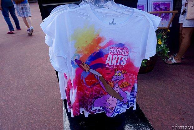 とても色鮮やかなスペシャルイベントTシャツ。アートイベントならではの色使いです。