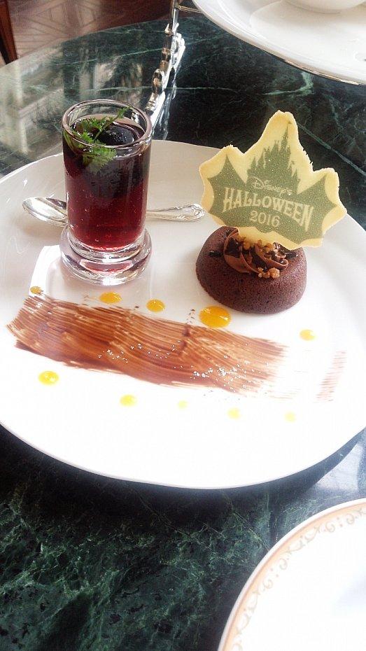 一段目チョコレートケーキの上のシンデレラ城のは、ラングドシャで出来てました。チョコレートケーキあまり甘すぎずで美味しいです。葡萄ゼリーも、中に巨峰が一つ入ってて甘さ控えめなゼリーでしたよ(^-^)