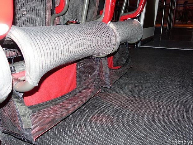 シートの下には小物入れがあります。大きい荷物は足元でOK。