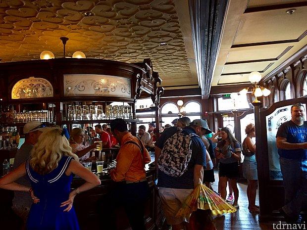 正面の入口を入ると、ちょっと馴染みにくそうな(?)バーが目の前に。とにかく混雑していて落ち着かなそうな雰囲気です。