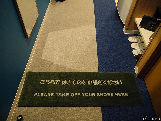 玄関入ってすぐのところで、靴を脱いで上がります。