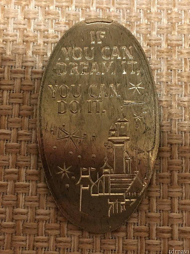 お城が描かれたクォーターのスーベニアメダル。眠れる森の美女お城かな??