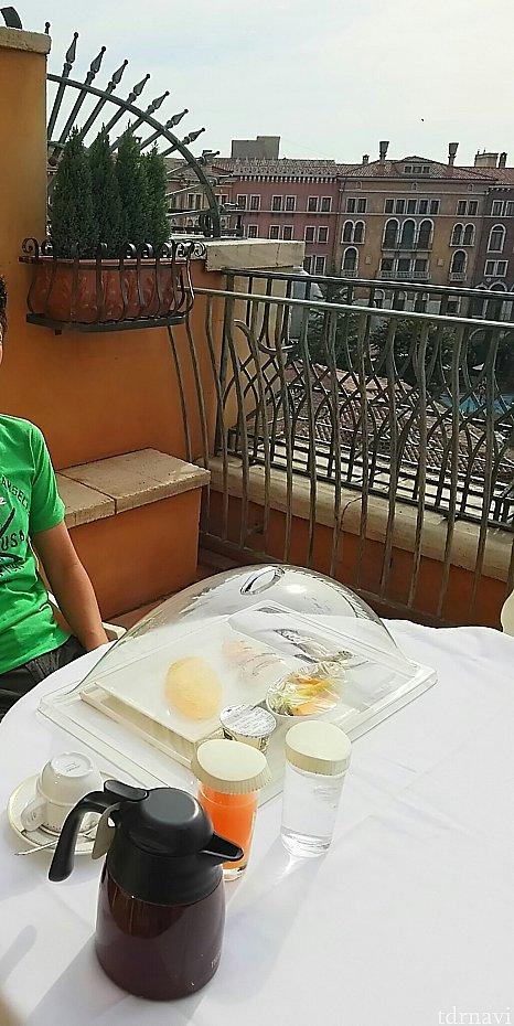 テラスに用意していただいた朝食小鳥やカラスにご注意