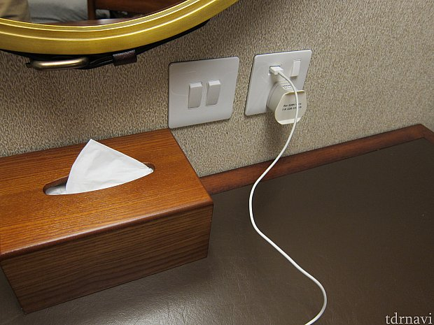 USBの充電口があるのと、コンセントアダプタが部屋に1つあるので、特に何も用意しなくても充電できるのはありがたい。