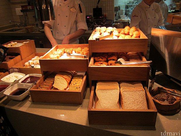 ビュッフェではこういう普通のパンは食べてはいけない。肉とスイーツ中心主義。